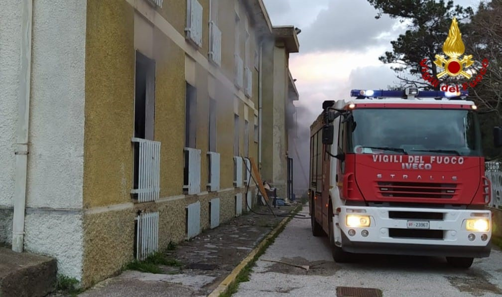 Incendio in un mobilificio dismesso